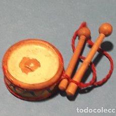 Casas de Bonecas: TAMBOR TAMBORIN ANTIGUO MINIATURA. MADERA. DIAMET.1,7 CM. PALOS 2,5 CM. CADA UNO. INSTRUMENTO MUSICA. Lote 196306758