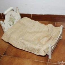 Casas de Muñecas: ANTIGUA CAMA DE MUÑECAS, DE MADERA. Lote 206542641