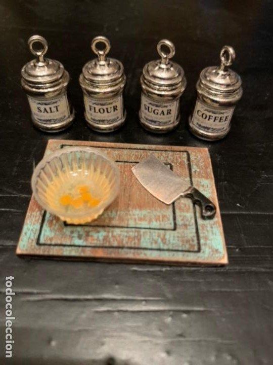 Casas de Muñecas: Lote de cuatro botes de cocina, cuenco con huevos, cuchillo tajador y tabla. Miniaturas. - Foto 2 - 222233592