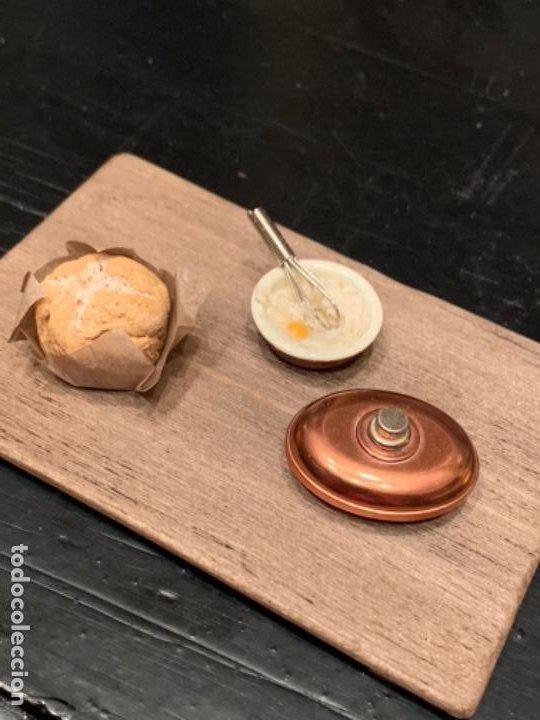 Casas de Muñecas: Pan sobre papel de estraza, cuenco con batidor, y olla de bronce Bodo sobre tabla. Miniatura. - Foto 6 - 222234170