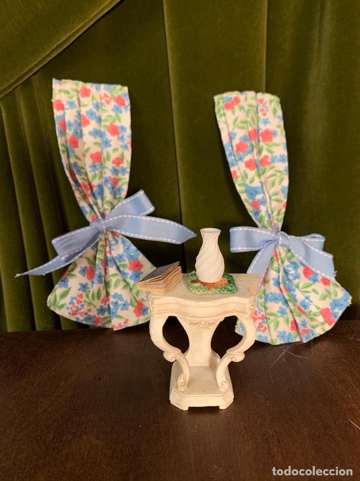 Casas de Muñecas: Consola con tapete, jarrón y libro. Cortinas de flores con lazada azul. Miniatura. - Foto 2 - 222286285