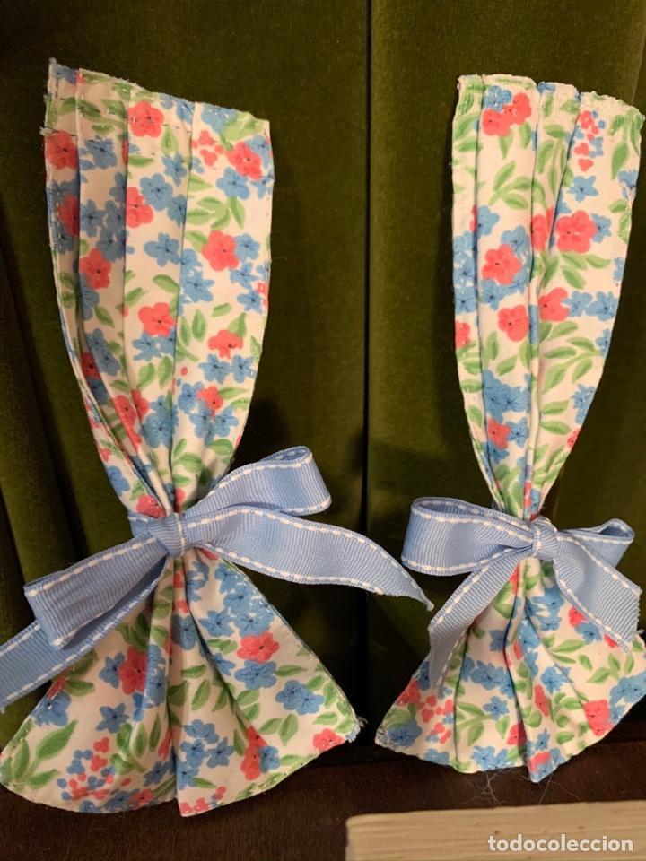 Casas de Muñecas: Consola con tapete, jarrón y libro. Cortinas de flores con lazada azul. Miniatura. - Foto 4 - 222286285