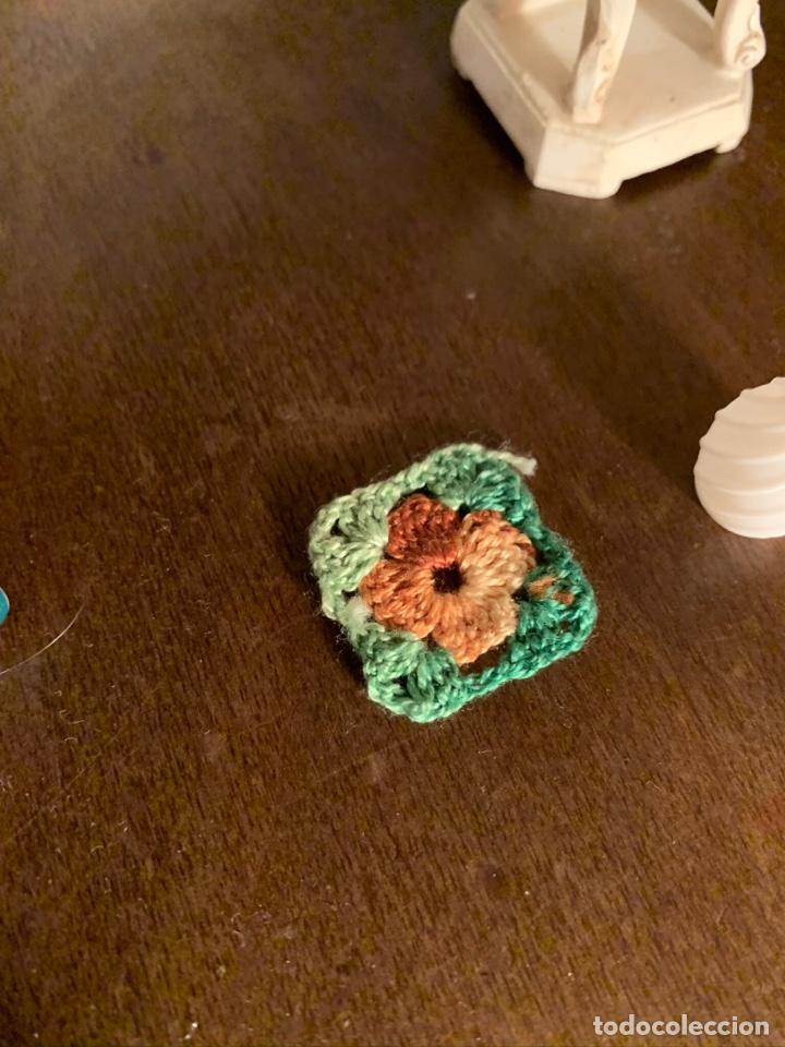 Casas de Muñecas: Consola con tapete, jarrón y libro. Cortinas de flores con lazada azul. Miniatura. - Foto 6 - 222286285