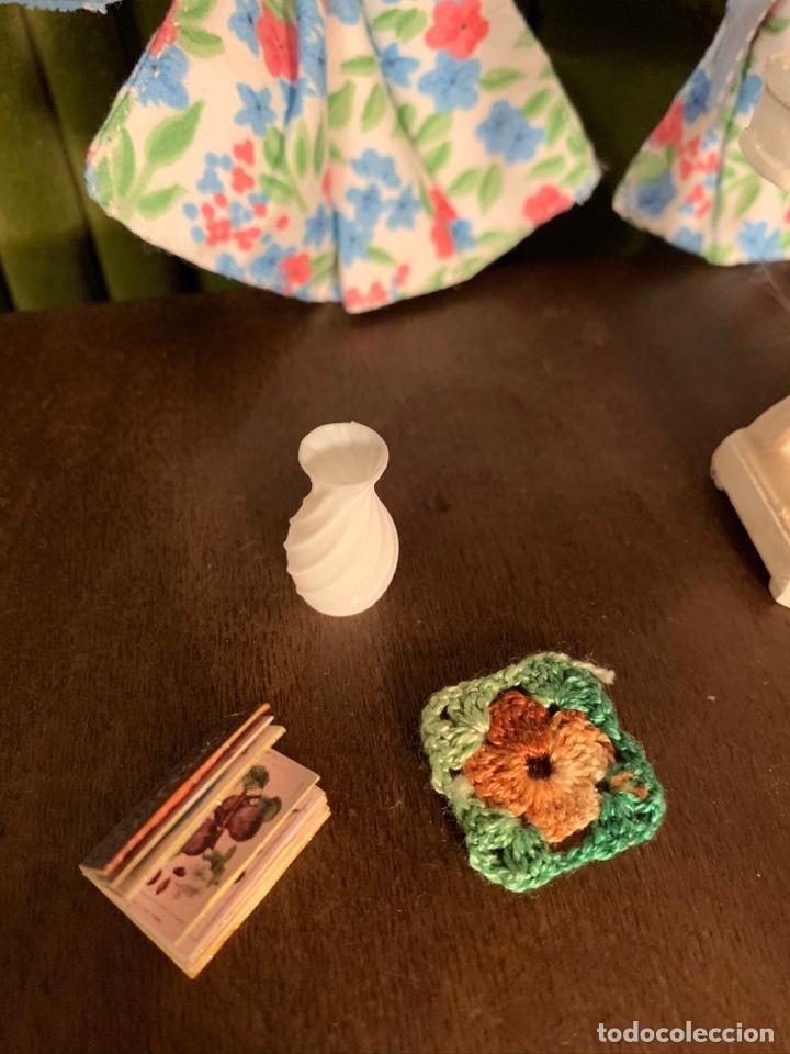 Casas de Muñecas: Consola con tapete, jarrón y libro. Cortinas de flores con lazada azul. Miniatura. - Foto 7 - 222286285