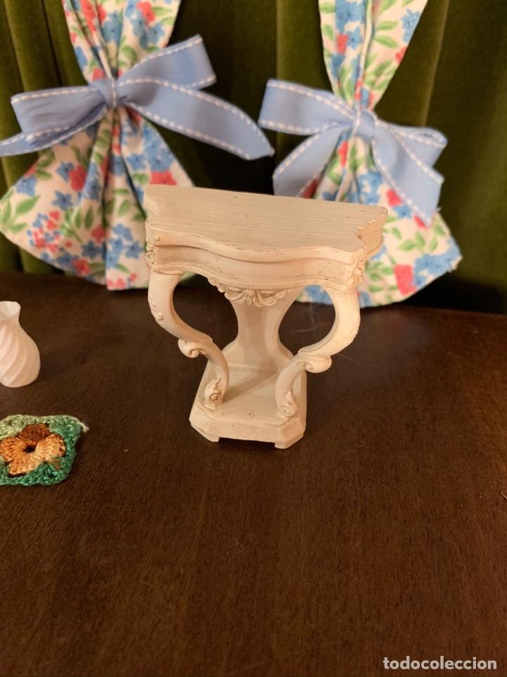 Casas de Muñecas: Consola con tapete, jarrón y libro. Cortinas de flores con lazada azul. Miniatura. - Foto 8 - 222286285