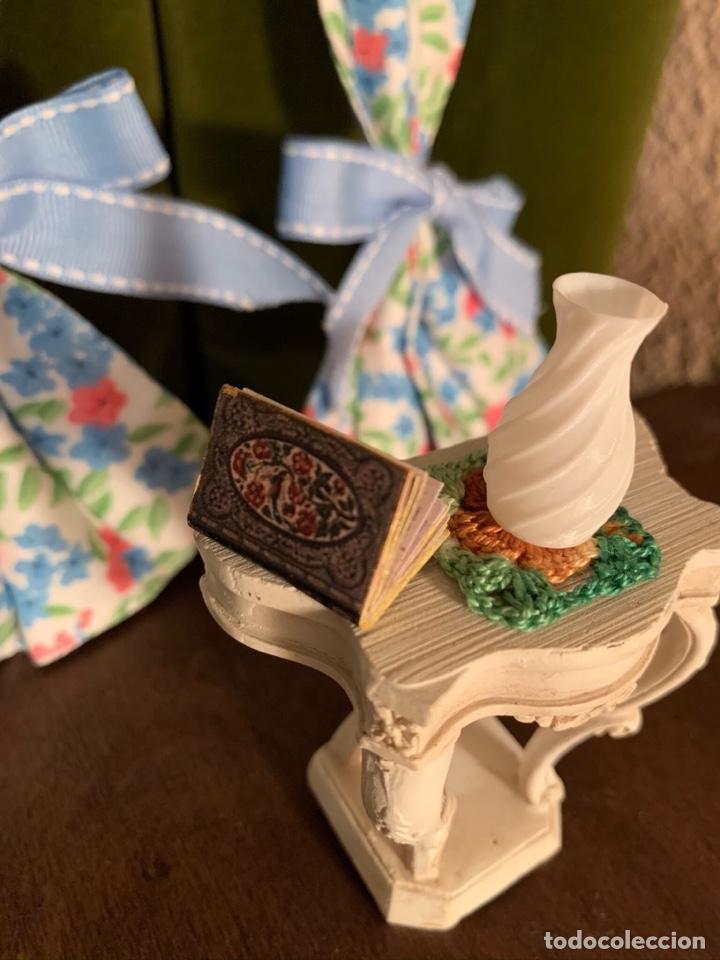 Casas de Muñecas: Consola con tapete, jarrón y libro. Cortinas de flores con lazada azul. Miniatura. - Foto 9 - 222286285