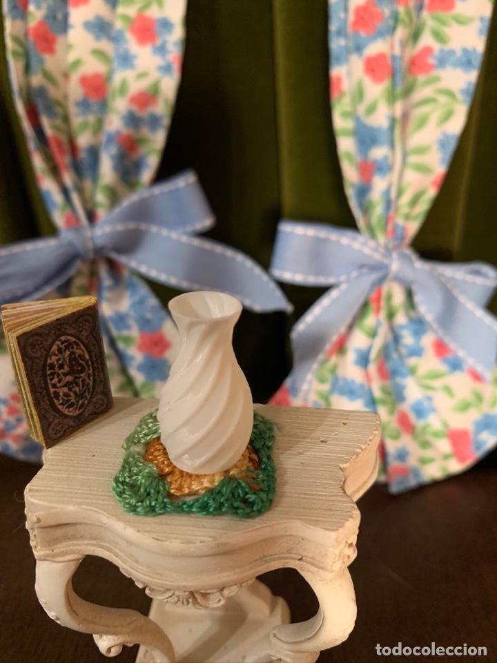 Casas de Muñecas: Consola con tapete, jarrón y libro. Cortinas de flores con lazada azul. Miniatura. - Foto 10 - 222286285