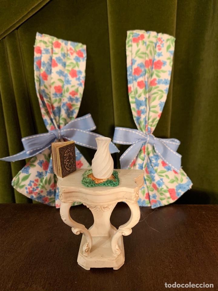 Casas de Muñecas: Consola con tapete, jarrón y libro. Cortinas de flores con lazada azul. Miniatura. - Foto 11 - 222286285