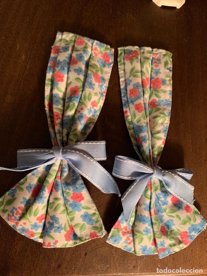 Casas de Muñecas: Consola con tapete, jarrón y libro. Cortinas de flores con lazada azul. Miniatura. - Foto 12 - 222286285