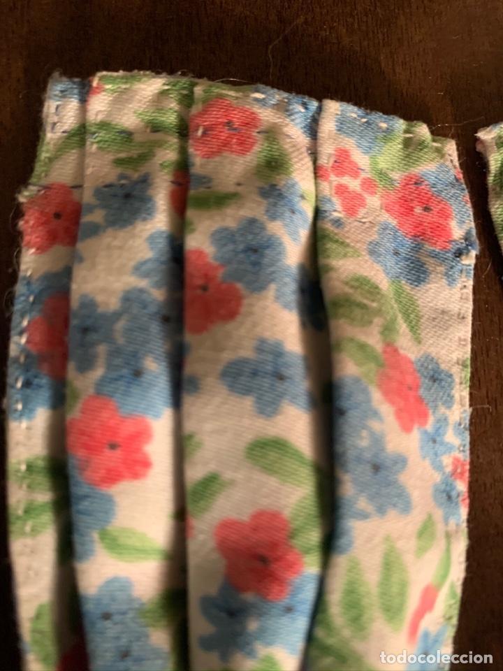 Casas de Muñecas: Consola con tapete, jarrón y libro. Cortinas de flores con lazada azul. Miniatura. - Foto 13 - 222286285