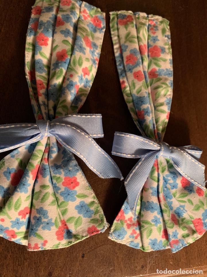 Casas de Muñecas: Consola con tapete, jarrón y libro. Cortinas de flores con lazada azul. Miniatura. - Foto 15 - 222286285
