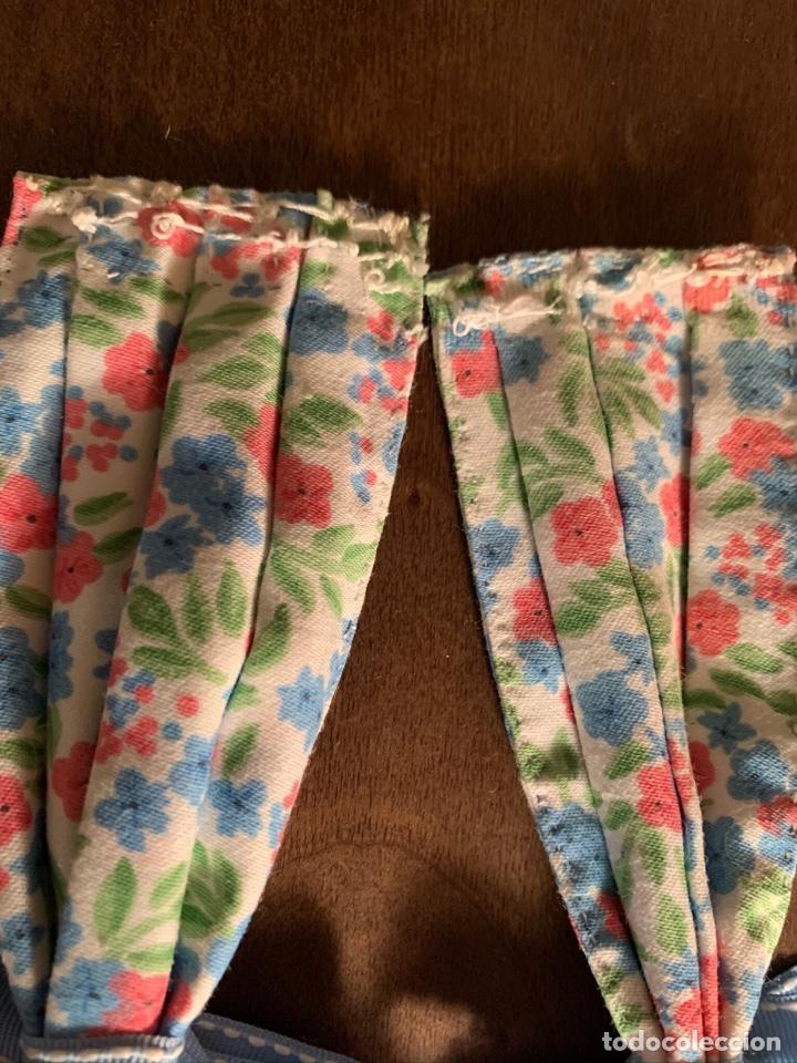 Casas de Muñecas: Consola con tapete, jarrón y libro. Cortinas de flores con lazada azul. Miniatura. - Foto 16 - 222286285