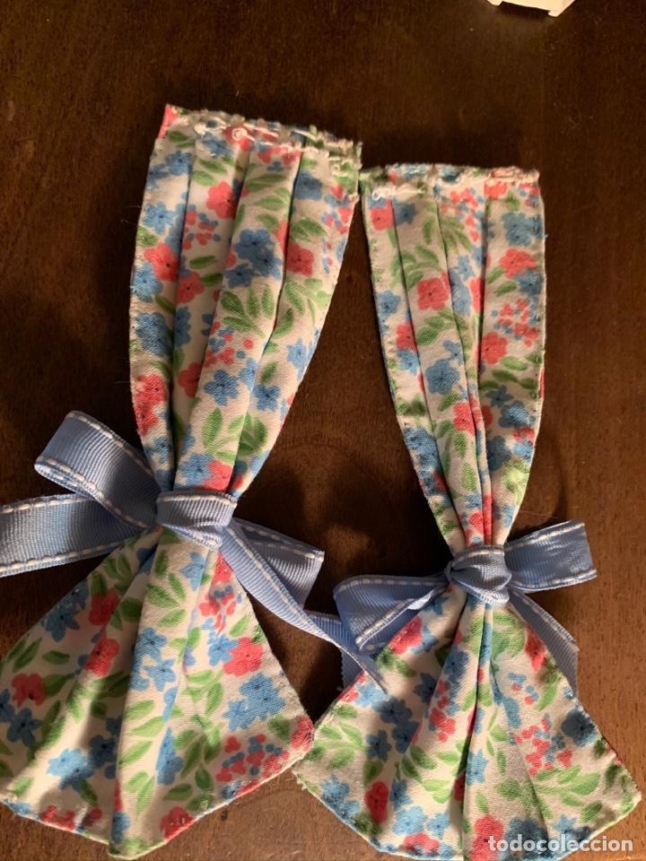 Casas de Muñecas: Consola con tapete, jarrón y libro. Cortinas de flores con lazada azul. Miniatura. - Foto 17 - 222286285