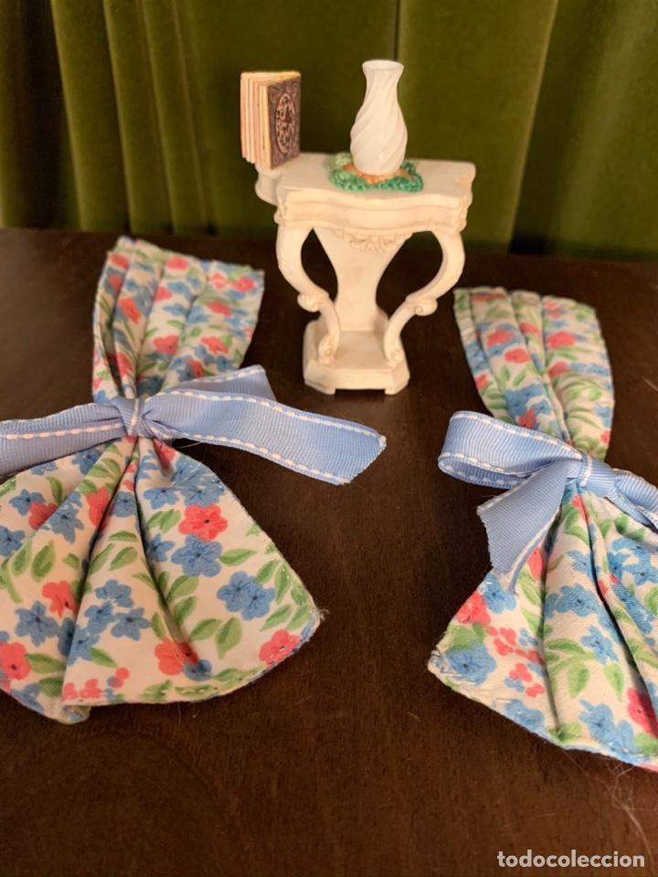 Casas de Muñecas: Consola con tapete, jarrón y libro. Cortinas de flores con lazada azul. Miniatura. - Foto 18 - 222286285
