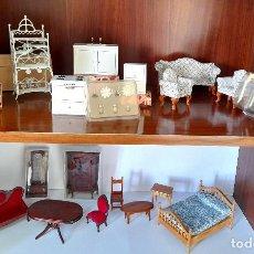 Casas de Muñecas: GRAN LOTE CASA MUÑECAS MUEBLES MADERA ACCESORIOS ESTANTERÍA METAL SOFÁ VITRINA VER TODAS LAS FOTOS. Lote 182473310