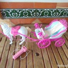 Casas de Muñecas: CARRUAJE ESCALA BARBIE GALLOPINS HORSE, CON EL CABALLO A PILAS FUNCIONANDO. Lote 235987330