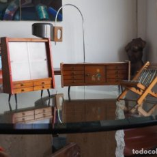 Casas de Muñecas: MUEBLES MUEBLE MINIATURA. APARADOR. ESTANTERIA. SILLA PLEGABLE. VINTAGE. MADERA SALON. Lote 246550180