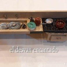 Casas de Muñecas: COCINA PARA CASA DE MUÑECAS. INCLUYE NUMEROSOS COMPLEMENTOS. AÑOS 1940S. MIDE 28 CTMS. Lote 288556658