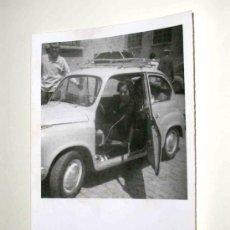 Coches y Motocicletas: FOTO ORIGINAL CON SEAT 600 MEDIDAS 9,5 X 6,7 CMS. . AÑOS 50.. Lote 6809833