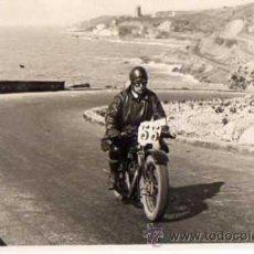 Coches y Motocicletas: TARGETA POSTAL , COSTA DEL GARRAF ( SITGES ) - HOMBRE CON MOTOCICLIETA - FOTOGRAFICA. Lote 9514580