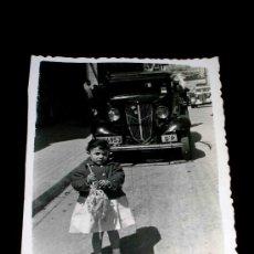 Coches y Motocicletas: ANTIGUA FOTOGRAFÍA ORIGINAL FORD O SIMILAR, AÑOS 40-50.. Lote 25907657