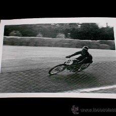 Coches y Motocicletas: FOTO ORIGINAL ALFONSO MILÁ MOTO MONTESA 125 C.C. G.P. ESPAÑA, CIRCUITO MONTJUICH, ABRIL 1951.. Lote 27500240