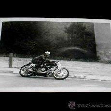 Coches y Motocicletas: FOTO ORIGINAL CARLO BANDIROLA, MOTO M.V. AUGUSTA 500 C.C. G.P. ESPAÑA, CIRCUITO MONTJUICH ABRIL 1951. Lote 27605831