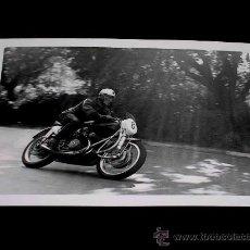 Coches y Motocicletas: FOTO ORIGINAL CARLO BANDIROLA, MOTO M.V. AUGUSTA 500 C.C. G.P. ESPAÑA, CIRCUITO MONTJUICH ABRIL 1951. Lote 27509593