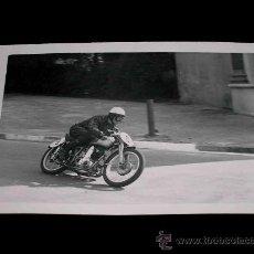 Coches y Motocicletas: FOTOGRAFÍA ORIGINAL MOTOCICLETA, II GRAN PREMIO DE ESPAÑA, VIII BARCELONA, MONTJUICH 1951. Lote 26260859