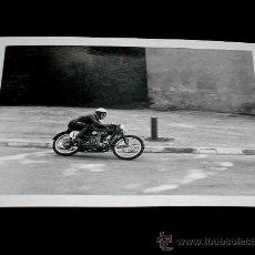 Coches y Motocicletas: FOTOGRAFÍA ORIGINAL MOTOCICLETA, II GRAN PREMIO DE ESPAÑA, VIII BARCELONA, MONTJUICH 1951. Lote 26260903