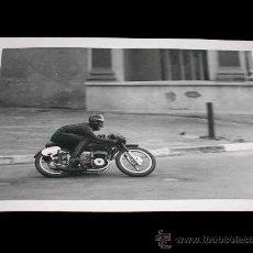Coches y Motocicletas: FOTOGRAFÍA ORIGINAL MOTOCICLETA, II GRAN PREMIO DE ESPAÑA, VIII BARCELONA, MONTJUICH 1951. Lote 26260925