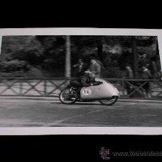 Coches y Motocicletas: FOTOGRAFÍA ORIGINAL MOTOCICLETA, II GRAN PREMIO DE ESPAÑA, VIII BARCELONA, MONTJUICH 1951. Lote 26262029