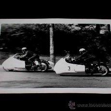 Coches y Motocicletas: FOTOGRAFÍA ORIGINAL MOTOCICLETAS SIDECARS, II GRAN PREMIO DE ESPAÑA, VIII BARCELONA, MONTJUICH 1951. Lote 26262154