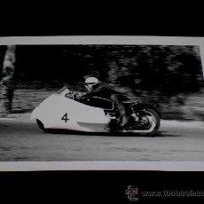 Coches y Motocicletas: FOTOGRAFÍA ORIGINAL MOTOCICLETA SIDECAR, II GRAN PREMIO DE ESPAÑA, VIII BARCELONA, MONTJUICH 1951. Lote 26262184