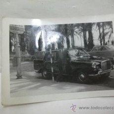 Coches y Motocicletas: + FOTOGRAFIA ALICANTE COCHE INGLES MATRICULA DE MADRID 11 7,5 CM AÑOS 60. Lote 27500652