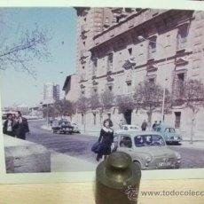 Coches y Motocicletas: + SEAT 600 ANTIGUA FOTOGRAFÍA AÑO 1965 SEVILLA? MATRICULA DE ZARAGOZA. RENAULT GORDINI SEAT 1500. Lote 28903758