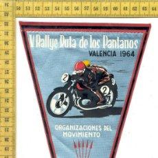 Coches y Motocicletas: ANTIGUO BANDERIN V RALLYE RUTA DE LOS PANTANOS, VALENCIA 1964, FALANGE ESPAÑOLA, 14X26. Lote 35183312