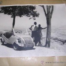 Coches y Motocicletas: BISCUTER - 2 FOTOGRAFIAS ANTIGUAS DE UN BISCUTER , 23,5X18 CM. . Lote 38006513