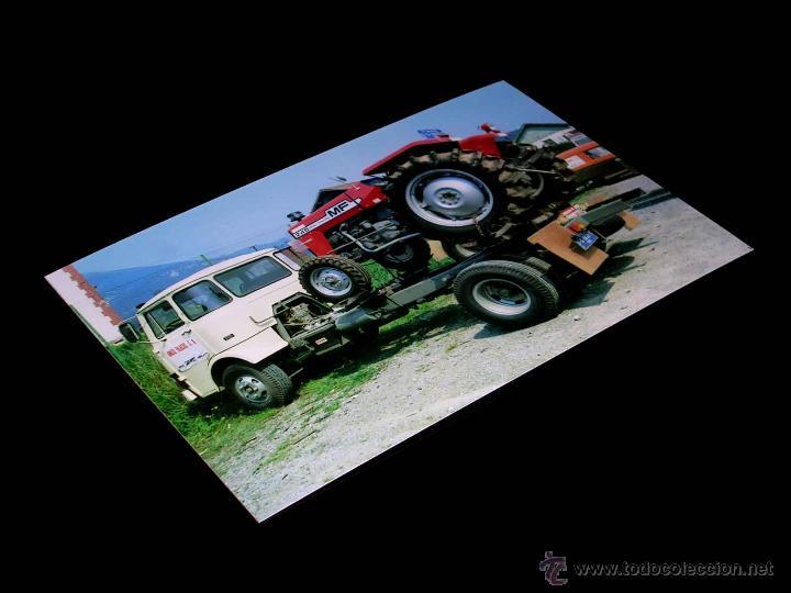 FOTOGRAFÍA CAMIÓN EBRO E 35 TRACTOR MASSEY FERGUSON 245, VUELTA CICLISTA A ESPAÑA 1978.10 X 15 CMS. (Coches y Motocicletas Antiguas y Clásicas - Catálogos, Publicidad y Libros de mecánica)