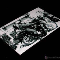 Coches y Motocicletas: FOTO SANGLAS 400 GUARDIA CIVIL TRÁFICO, ORIGINAL VUELTA CICLISTA A ESPAÑA 1975. 10 X 15 CMS. Lote 155610553