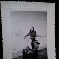 Coches y Motocicletas: ANTIGUA FOTOGRAFIA REAL AÑOS 50 MOTO VESPA CLASICA. Lote 42340912