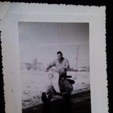 Coches y Motocicletas: ANTIGUA FOTOGRAFIA MOTO VESPA CLASICA AÑOS 50 REAL. Lote 42341018