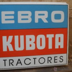 Coches y Motocicletas: GRAN CHAPA EBRO KUBOTA TRACTORES PUBLICIDAD TRACTOR ENORME CARTEL PLASTICO DE TALLER. Lote 44107297