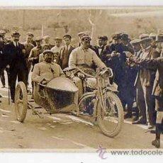 Coches y Motocicletas: MOTO CON SIDECAR. FOTO-POSTAL ORIGINAL. AÑOS 1920S. COMPETICIÓN PROVINCIA BARCELONA. Lote 44667835