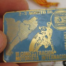 Coches y Motocicletas: GRAN INSIGNIA DE BROCHE ANTIGUA CONCENTRACION MOTERA TORTOSA DISCOTECA DISCOTHEQUE CONTACTO 1986. Lote 49345084