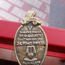 Coches y Motocicletas: CHAPA DEL V RALLYE RUTA DE D. QUIJOTE . TROFEO SCHWEPPES , ALBACETE 1973. Lote 49598137