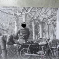 Coches y Motocicletas: FOTOGRAFIA ORIGINAL TIPO POSTER AÑOS 70 DUCATI 250 ROAD . Lote 52776962