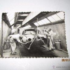 Coches y Motocicletas: ANTIGUA FOTO PUBLICITARIA DIRECCIÓN NACIONAL DE LAS FABRICAS RENAULT - GORDINI EN FLINS - AÑO 1950S.. Lote 53700381