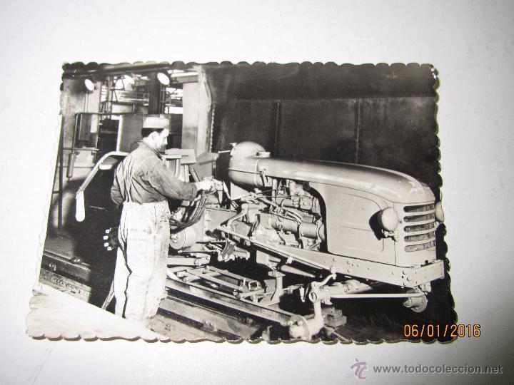FOTO PUBLICITARIA DIRECCIÓN NACIONAL DE LAS FABRICAS RENAULT - TRACTORES AGRICOLAS LE MANS AÑO 1950S (Coches y Motocicletas Antiguas y Clásicas - Catálogos, Publicidad y Libros de mecánica)