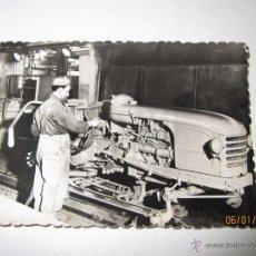 Coches y Motocicletas: FOTO PUBLICITARIA DIRECCIÓN NACIONAL DE LAS FABRICAS RENAULT - TRACTORES AGRICOLAS LE MANS AÑO 1950S. Lote 171957299